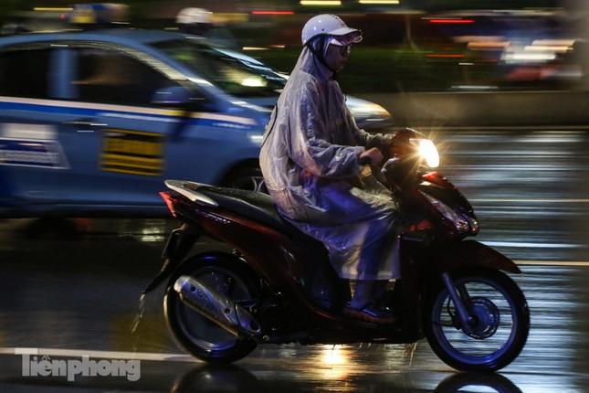 Người dân Thủ đô 'vật vã' về nhà trong cơn mưa tầm tã ảnh 12