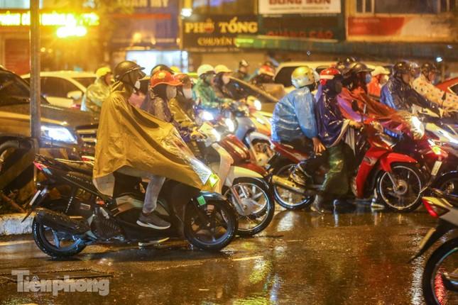 Người dân Thủ đô 'vật vã' về nhà trong cơn mưa tầm tã ảnh 14