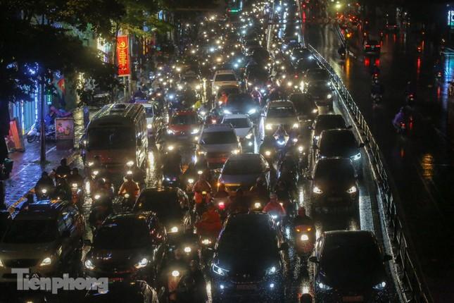 Người dân Thủ đô 'vật vã' về nhà trong cơn mưa tầm tã ảnh 15