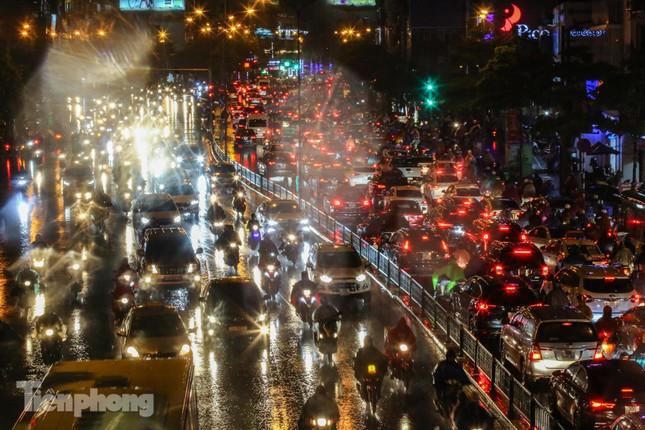 Người dân Thủ đô 'vật vã' về nhà trong cơn mưa tầm tã ảnh 16