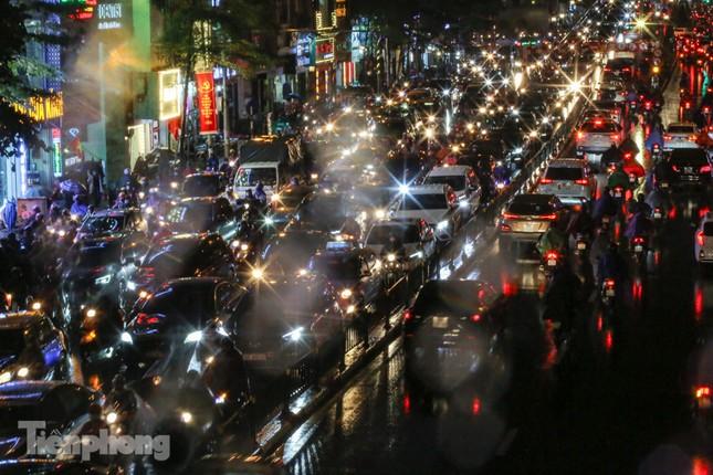 Người dân Thủ đô 'vật vã' về nhà trong cơn mưa tầm tã ảnh 17