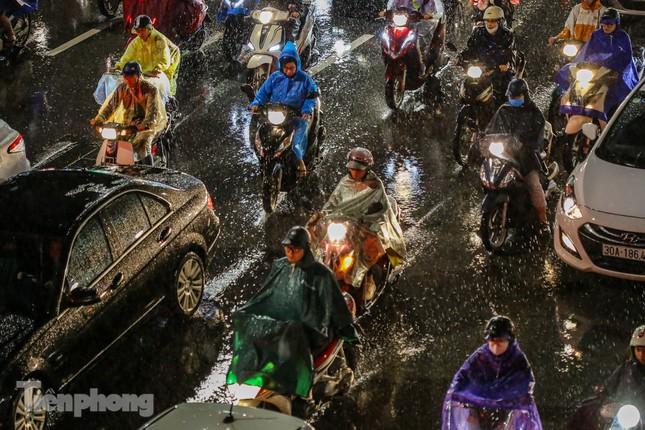 Người dân Thủ đô 'vật vã' về nhà trong cơn mưa tầm tã ảnh 1