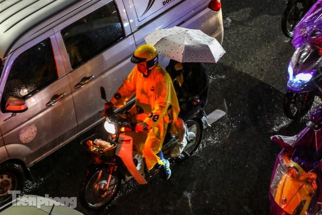 Người dân Thủ đô 'vật vã' về nhà trong cơn mưa tầm tã ảnh 2