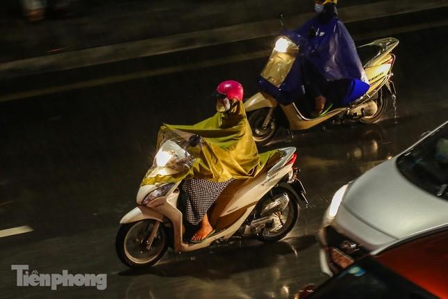 Người dân Thủ đô 'vật vã' về nhà trong cơn mưa tầm tã ảnh 3