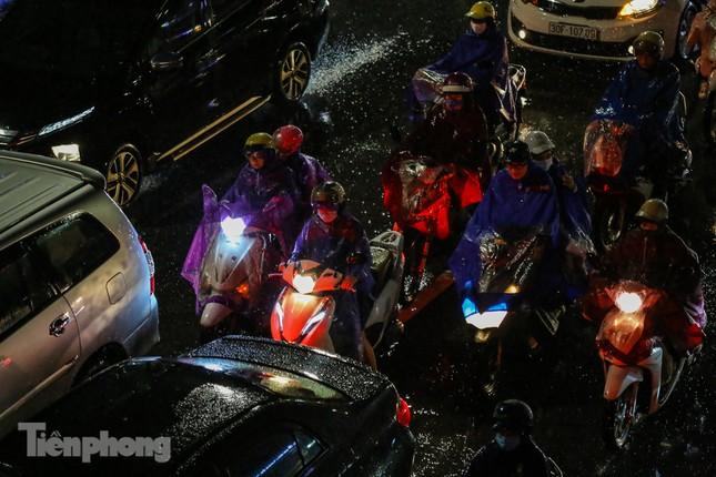 Người dân Thủ đô 'vật vã' về nhà trong cơn mưa tầm tã ảnh 4