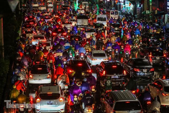 Người dân Thủ đô 'vật vã' về nhà trong cơn mưa tầm tã ảnh 5