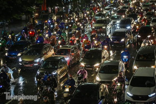 Người dân Thủ đô 'vật vã' về nhà trong cơn mưa tầm tã ảnh 6