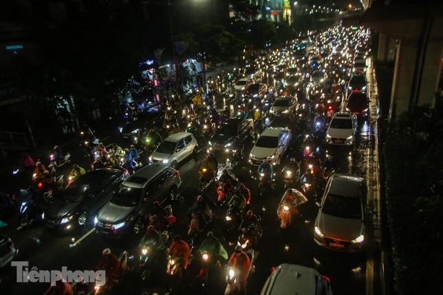 Người dân Thủ đô 'vật vã' về nhà trong cơn mưa tầm tã ảnh 7