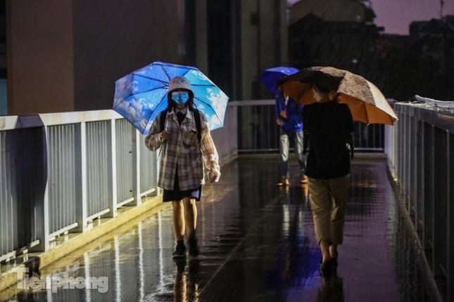 Người dân Thủ đô 'vật vã' về nhà trong cơn mưa tầm tã ảnh 9