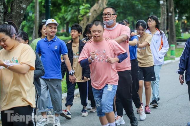Trẻ khuyết tật chạy thi marathon cùng hàng trăm thanh niên thủ đô ảnh 6