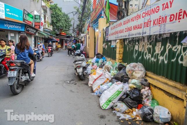 Công nhân trở lại dọn dẹp, nhiều phố Hà Nội vẫn chất đầy rác ảnh 9