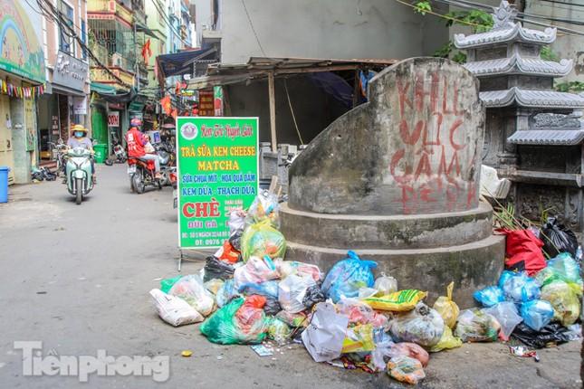 Công nhân trở lại dọn dẹp, nhiều phố Hà Nội vẫn chất đầy rác ảnh 10
