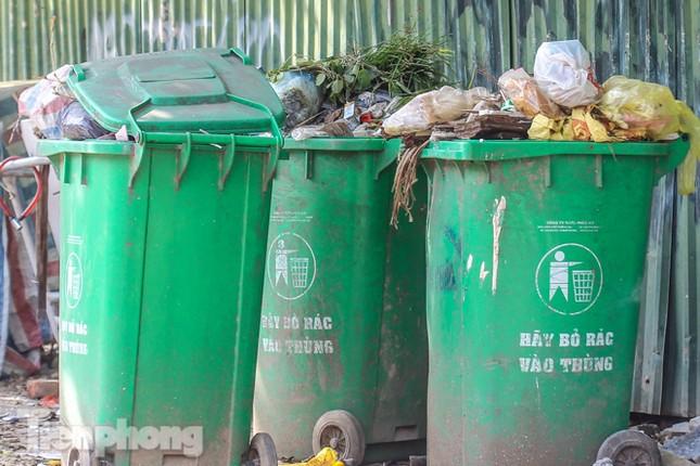 Công nhân trở lại dọn dẹp, nhiều phố Hà Nội vẫn chất đầy rác ảnh 11