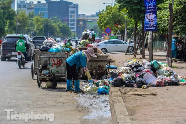 Công nhân trở lại dọn dẹp, nhiều phố Hà Nội vẫn chất đầy rác ảnh 12