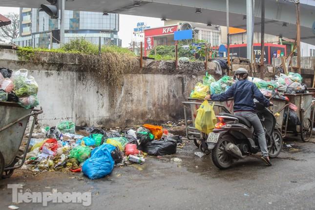 Công nhân trở lại dọn dẹp, nhiều phố Hà Nội vẫn chất đầy rác ảnh 15