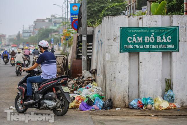 Công nhân trở lại dọn dẹp, nhiều phố Hà Nội vẫn chất đầy rác ảnh 16