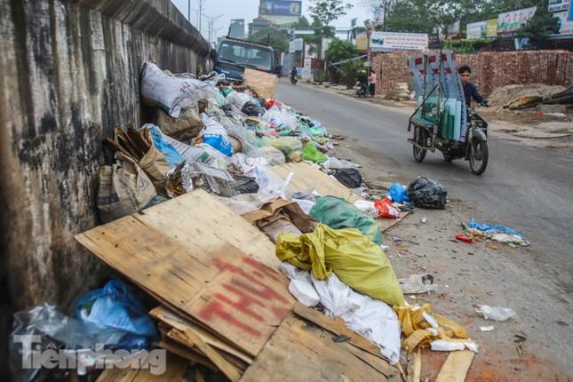 Công nhân trở lại dọn dẹp, nhiều phố Hà Nội vẫn chất đầy rác ảnh 1