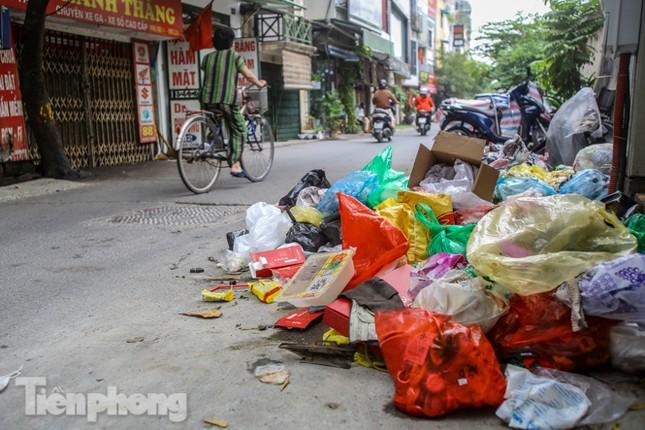 Công nhân trở lại dọn dẹp, nhiều phố Hà Nội vẫn chất đầy rác ảnh 2