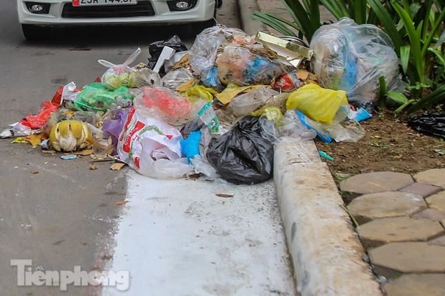 Công nhân trở lại dọn dẹp, nhiều phố Hà Nội vẫn chất đầy rác ảnh 3