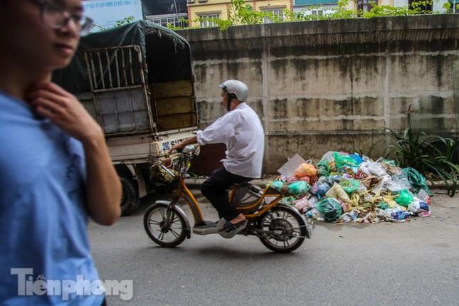 Công nhân trở lại dọn dẹp, nhiều phố Hà Nội vẫn chất đầy rác ảnh 4