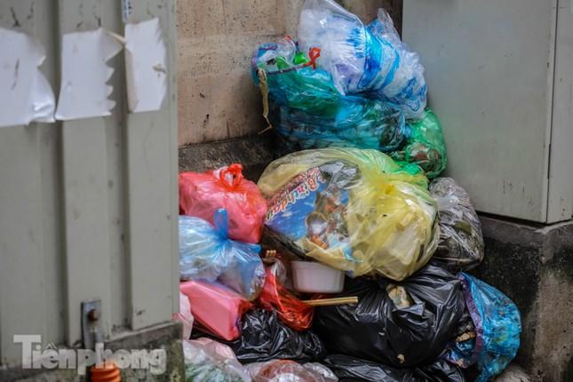 Công nhân trở lại dọn dẹp, nhiều phố Hà Nội vẫn chất đầy rác ảnh 5
