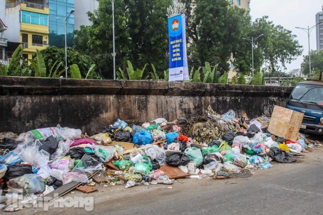 Công nhân trở lại dọn dẹp, nhiều phố Hà Nội vẫn chất đầy rác ảnh 6
