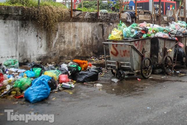 Công nhân trở lại dọn dẹp, nhiều phố Hà Nội vẫn chất đầy rác ảnh 7