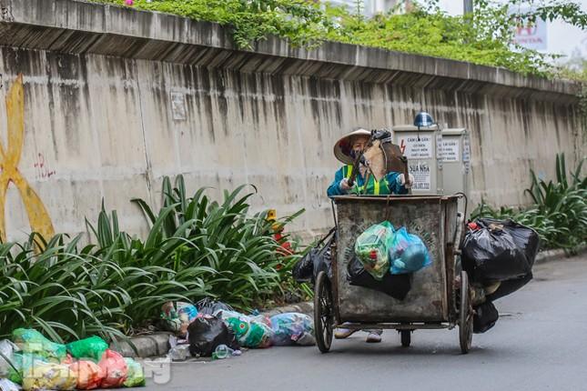 Công nhân trở lại dọn dẹp, nhiều phố Hà Nội vẫn chất đầy rác ảnh 13