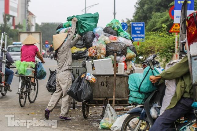 Công nhân trở lại dọn dẹp, nhiều phố Hà Nội vẫn chất đầy rác ảnh 14