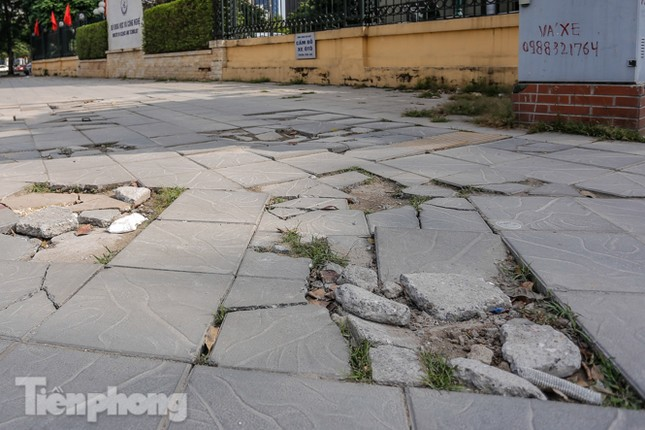 Sau ba năm lát, đá 'độ bền 70 năm' và gạch vỉa hè nhiều nơi vỡ nát ảnh 10