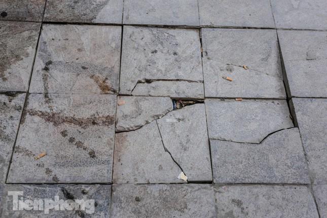 Sau ba năm lát, đá 'độ bền 70 năm' và gạch vỉa hè nhiều nơi vỡ nát ảnh 15