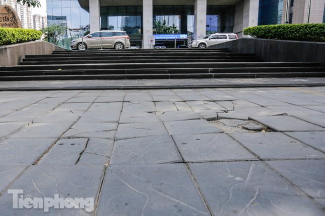 Sau ba năm lát, đá 'độ bền 70 năm' và gạch vỉa hè nhiều nơi vỡ nát ảnh 9