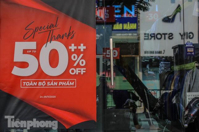Giảm giá sốc cả tuần, 'phố mua sắm' vẫn ảm đạm trước Black Friday ảnh 4