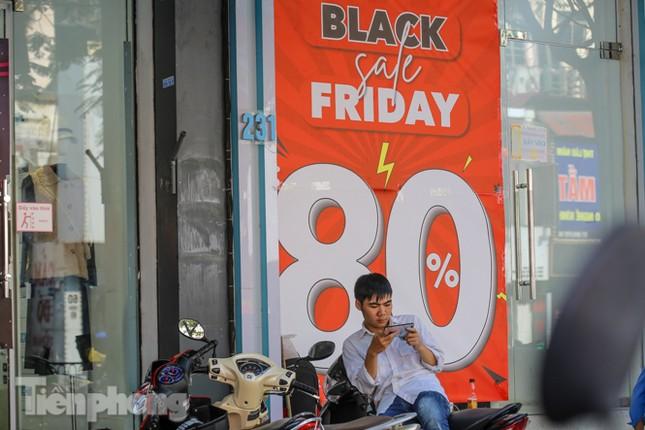 Giảm giá sốc cả tuần, 'phố mua sắm' vẫn ảm đạm trước Black Friday ảnh 6
