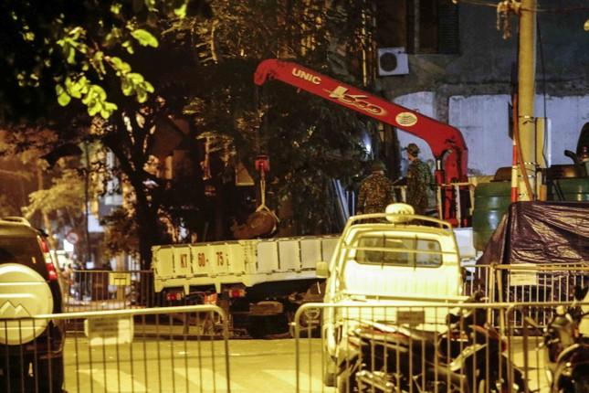 Hình ảnh quả bom 340 kg được di dời ra khỏi phố Cửa Bắc trong đêm ảnh 1