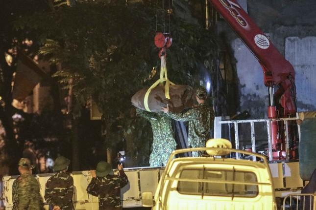 Hình ảnh quả bom 340 kg được di dời ra khỏi phố Cửa Bắc trong đêm ảnh 2
