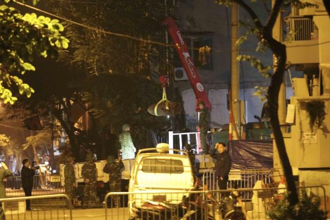Hình ảnh quả bom 340 kg được di dời ra khỏi phố Cửa Bắc trong đêm ảnh 3
