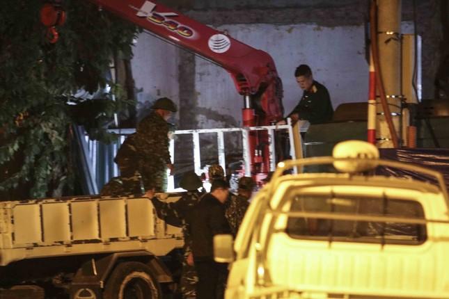 Hình ảnh quả bom 340 kg được di dời ra khỏi phố Cửa Bắc trong đêm ảnh 5