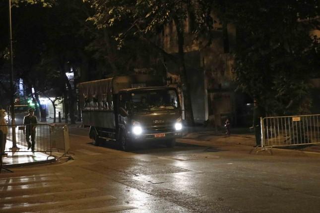 Hình ảnh quả bom 340 kg được di dời ra khỏi phố Cửa Bắc trong đêm ảnh 6
