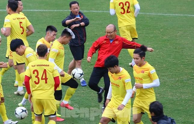 Tuyển Việt Nam: Thầy Park lao vào tranh bóng với các học trò ảnh 7