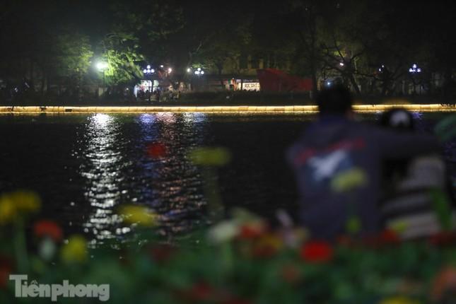 Ngắm hồ Hoàn Kiếm lung linh, huyền ảo về đêm ảnh 13