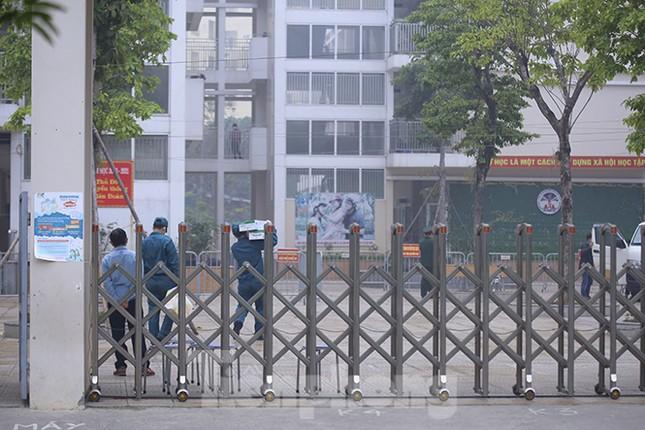 Cận cảnh trường học thành khu cách ly do có học sinh nhiễm COVID-19 ở Hà Nội ảnh 13