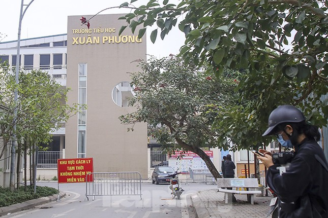 Cận cảnh trường học thành khu cách ly do có học sinh nhiễm COVID-19 ở Hà Nội ảnh 6