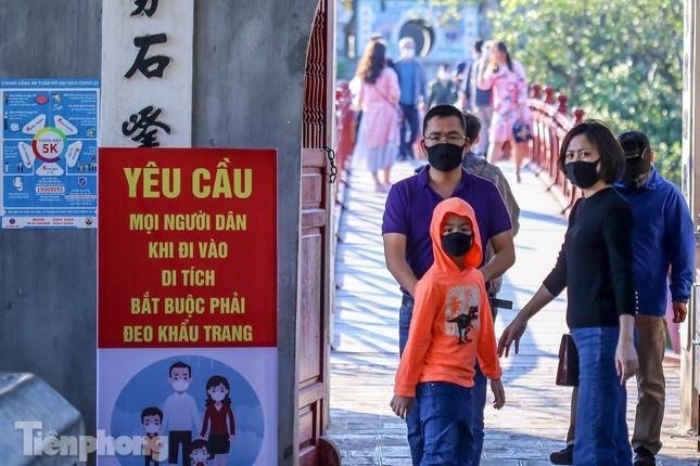 Di tích ở Hà Nội 'cảnh giác' phòng dịch COVID-19 những ngày nghỉ Tết ảnh 21