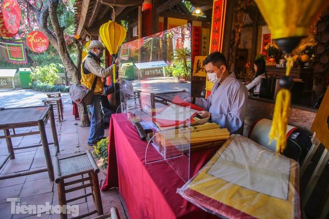 Di tích ở Hà Nội 'cảnh giác' phòng dịch COVID-19 những ngày nghỉ Tết ảnh 9