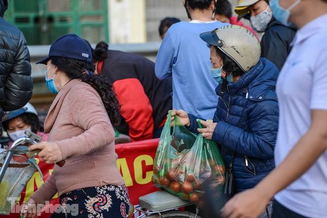 Người dân Thủ đô nườm nượp đến 'giải cứu' nông sản cho Hải Dương ảnh 11