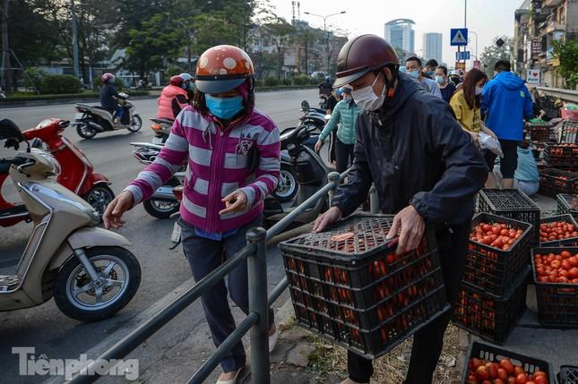 Người dân Thủ đô nườm nượp đến 'giải cứu' nông sản cho Hải Dương ảnh 2