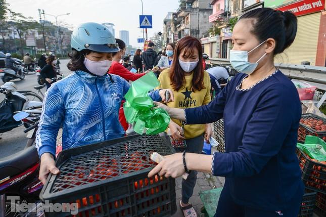Người dân Thủ đô nườm nượp đến 'giải cứu' nông sản cho Hải Dương ảnh 6