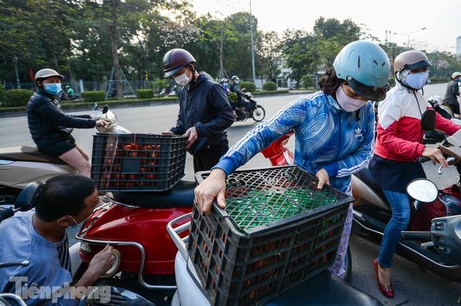 Người dân Thủ đô nườm nượp đến 'giải cứu' nông sản cho Hải Dương ảnh 7