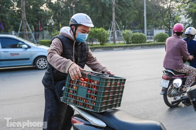 Người dân Thủ đô nườm nượp đến 'giải cứu' nông sản cho Hải Dương ảnh 10